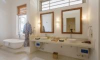 Villa Ahasa Bathroom with Bathtub | Habaraduwa, Sri Lanka