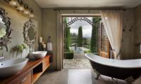 Ataahua Lodge Bathtub | Whakamarama, Bay of Plenty