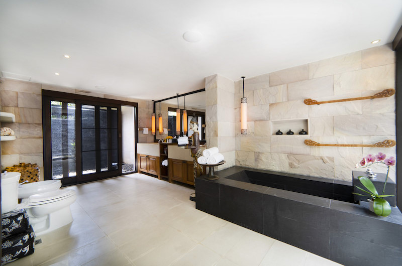 Tamarind Villas Exclusive Villa Bathroom with Bathtub | Pattaya, Chonburi