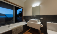 Otaha Beachfront Lodge Bathroom with Bathtub | Bay of Islands, Northland