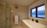Kohanga Luxury Lakeside Villa Bathtub | Queenstown, Otago
