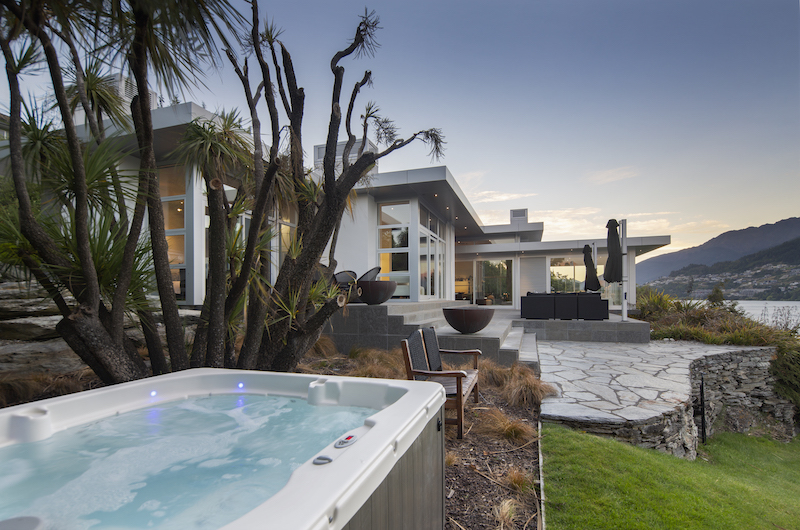 Supreme Lakefront Outdoor Jacuzzi | Queenstown, Otago