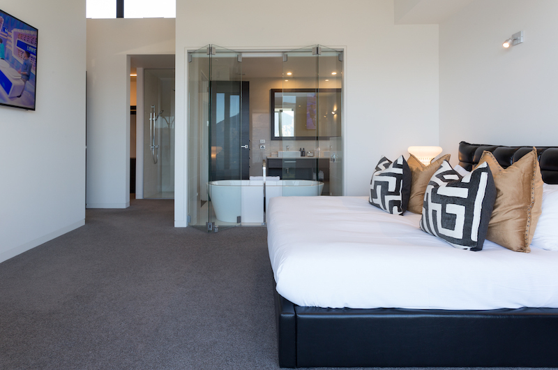 Views on Edinburgh Bedroom with Indoor Bathtub | Queenstown, Otago