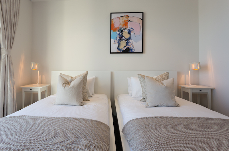 Views on Edinburgh Twin Bedroom with Lamps | Queenstown, Otago