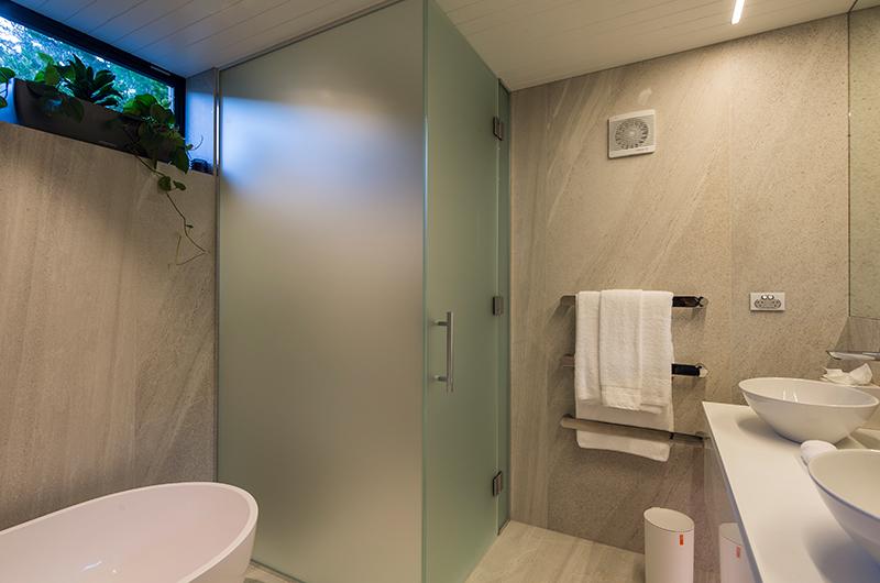 Villa Cascata Bathroom with Bathtub | Queenstown, Otago