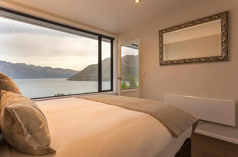 Villa Fifteen Guest Bedroom with Mirror | Queenstown, Otago