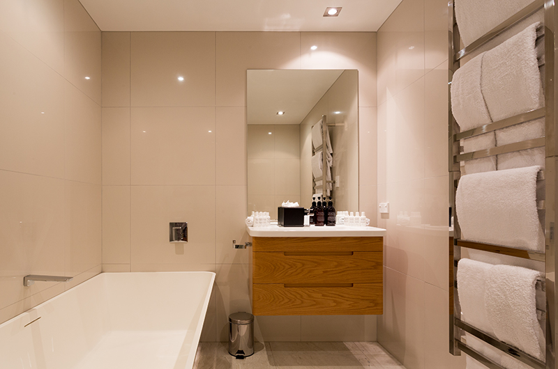Villa Fifteen Bathroom with Bathtub | Queenstown, Otago