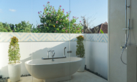 Villa Capil Open Plan Bathtub | Batubelig, Bali