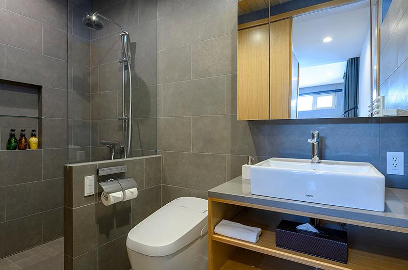 Hachiko Bathroom with Shower | Hirafu, Niseko
