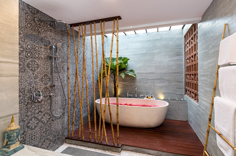 Villa Elite Tara Bathtub with Rose Petals | Canggu, Bali