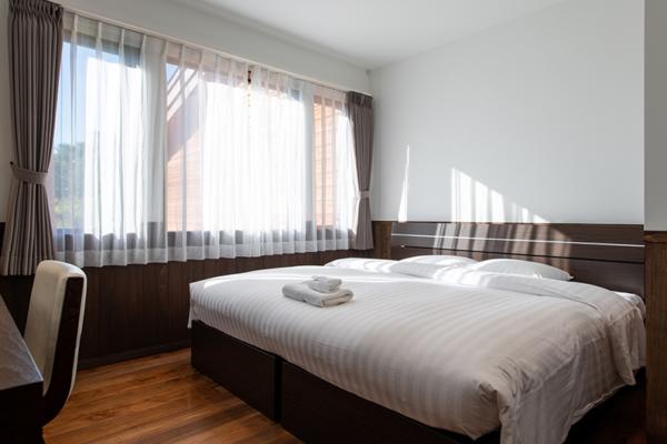 Kiraku Bedroom with Wooden Deck   Annupuri, Niseko